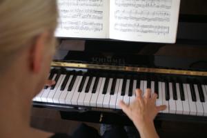 Klavierbank und Spieler